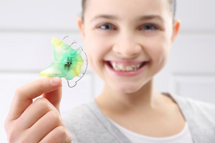 bambina con apparecchio dentale